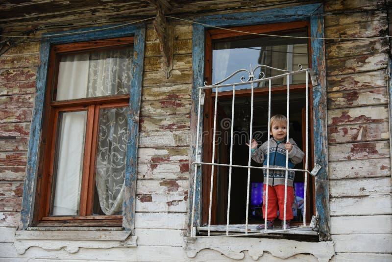 Szczęśliwy dziecko na okno zdjęcie royalty free