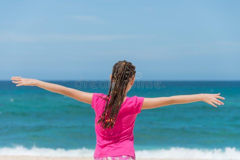 Szczęśliwy dziecko na wybrzeżu tropikalny morze zdjęcia stock