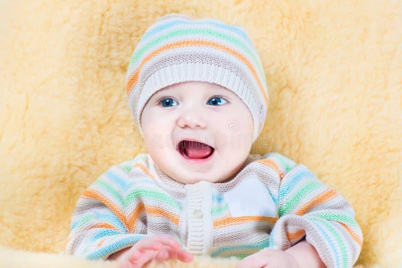 Szczęśliwy dziecko relaksuje w barankowej spacerowicz stopie - mufka obrazy royalty free