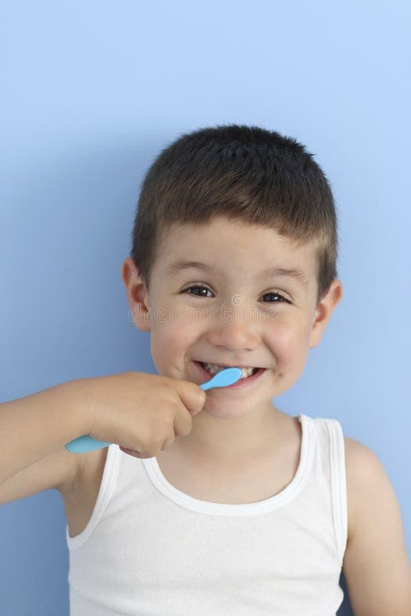 Szczęśliwy dziecko szczotkuje dojnego ząb fotografia stock