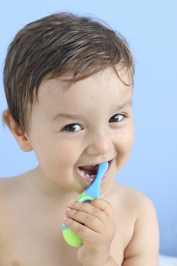Szczęśliwy dziecko szczotkuje dojnego ząb obraz stock