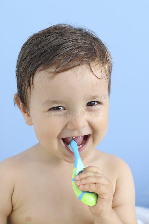 Szczęśliwy dziecko szczotkuje dojnego ząb zdjęcia royalty free