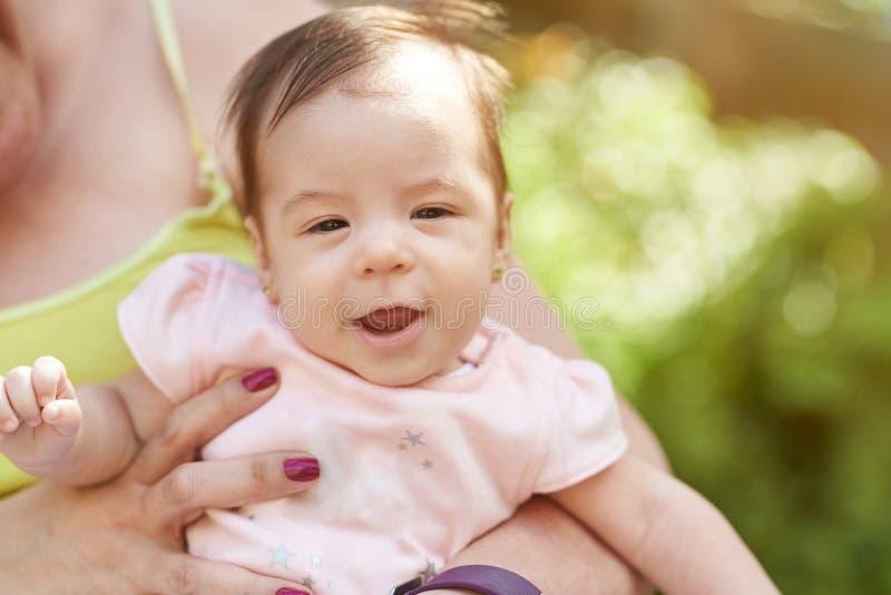 Szczęśliwy dziecko w mam rękach obraz royalty free