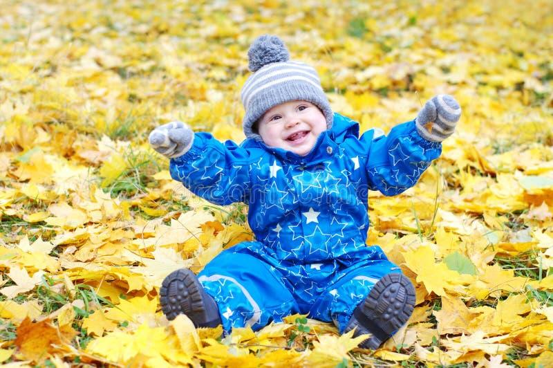 Szczęśliwy dziecko wiek 1 rok outdoors w jesieni fotografia royalty free