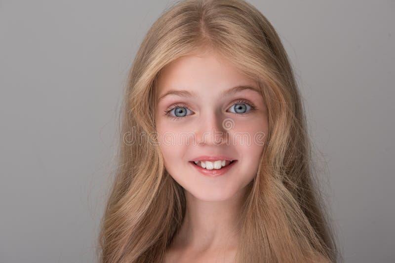 Szczęśliwy dziecko wyraża zdziwienie i radość obrazy royalty free