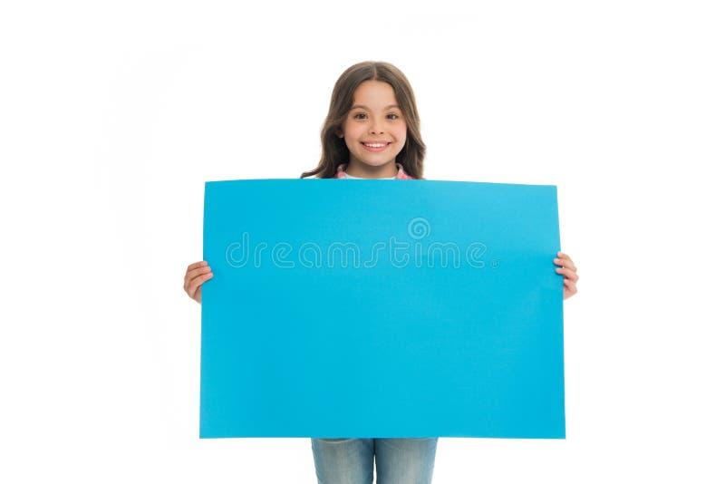 Szczęśliwy dziecko z błękitną promo deską odizolowywającą na bielu miejsce dla reklamy lub zawiadomienia Dziewczyna z uśmiechu ch fotografia royalty free