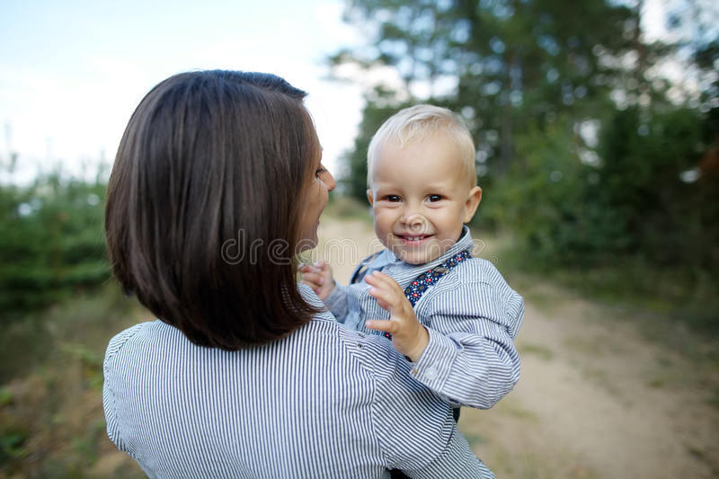 Szczęśliwy dziecko z macierzystym portretem fotografia royalty free
