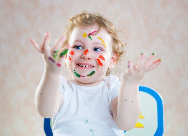 Szczęśliwy dziecko z malować rękami obraz stock