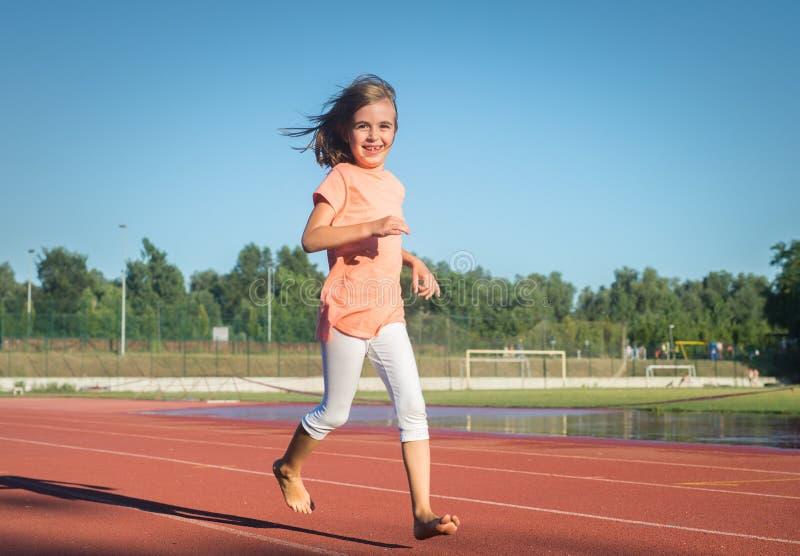 Szczęśliwy dziewczyna bieg obraz stock
