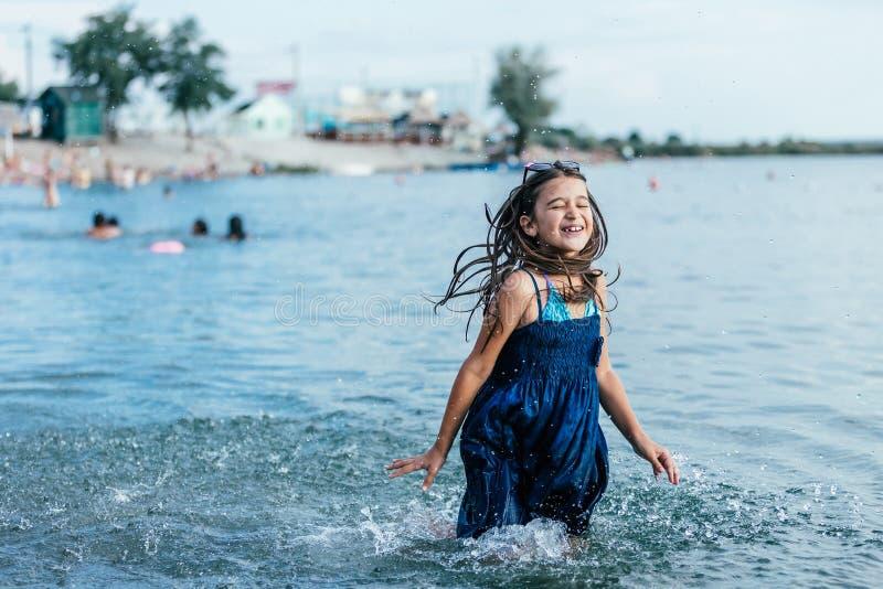 Szczęśliwy dziewczyna bieg przez wody obrazy stock