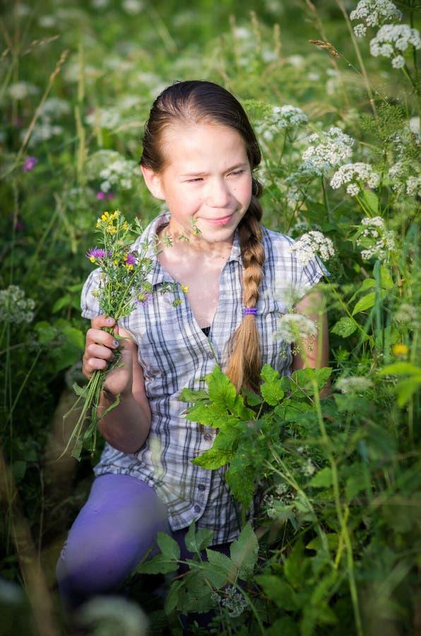 Szczęśliwy dziewczyna dzieciak w naturze zdjęcie royalty free