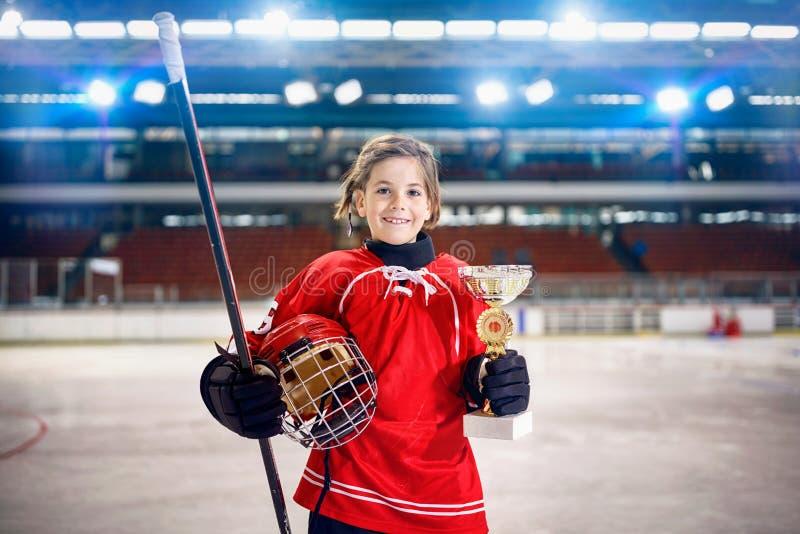 Szczęśliwy dziewczyna gracza lodowego hokeja zwycięzcy trofeum obraz stock