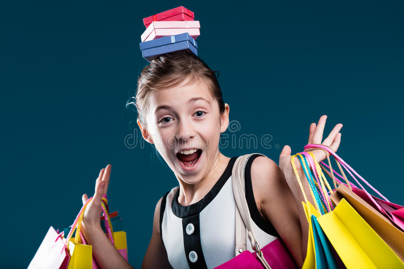 Szczęśliwy dziewczyna seans on ` s zakrywający up z zakupy zdjęcie stock