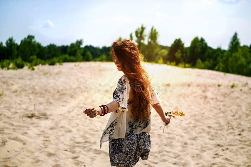 Szczęśliwy dziewczyna taniec w promieniach piękny zmierzch w parku piękna dziewczyna pod promieniami ciepły zmierzch fotografia stock
