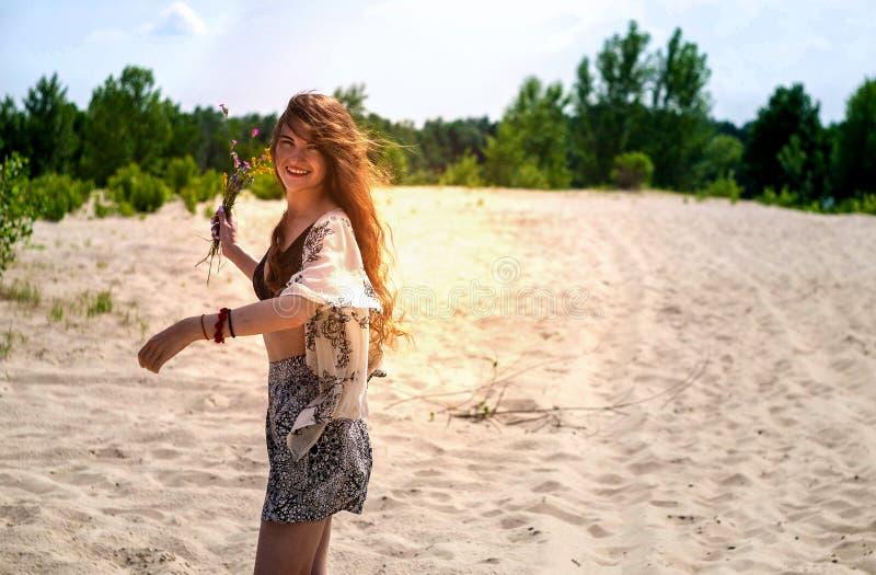 Szczęśliwy dziewczyna taniec w promieniach piękny zmierzch w parku piękna dziewczyna pod promieniami ciepły zmierzch obrazy royalty free