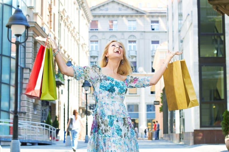 szczęśliwy dziewczyna zakupy obraz stock