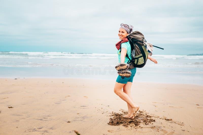 Szczęśliwy dziewczyny backpacker podróżnik biega bosego na piaska oceanu b obraz royalty free