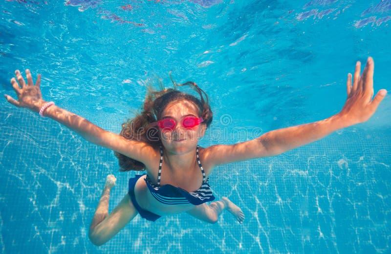 Szczęśliwy dziewczyny mienia oddechu dopłynięcie pod wodą zdjęcie royalty free