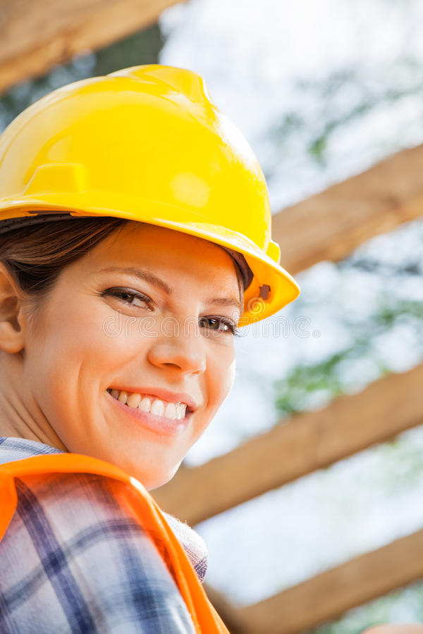 Szczęśliwy Żeński pracownik budowlany Przy miejscem fotografia stock