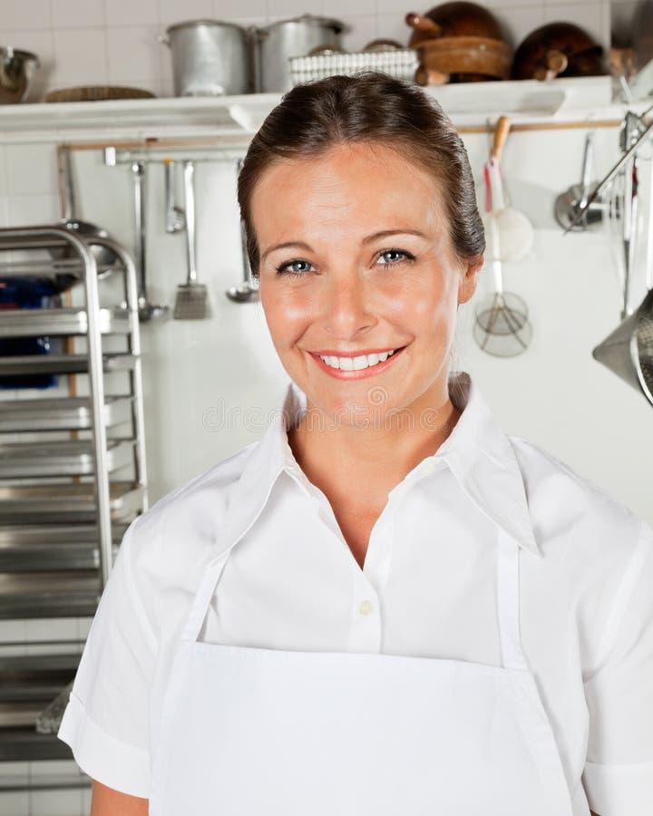 Szczęśliwy Żeński szef kuchni W kuchni obraz royalty free