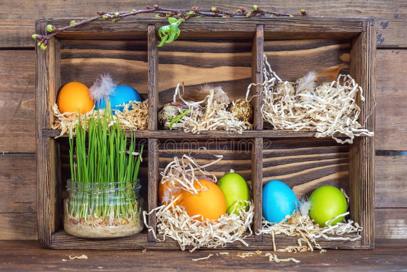 Szczęśliwy Easter wakacje pojęcie Kolorowi kurczaków jajek przepiórki jajka zdjęcia royalty free