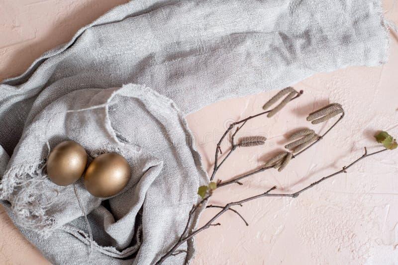 szczęśliwy Easter wakacji jajeczny ustawiający tradycyjni jajka malujący w złotym kolorze z wiosną kwitnie wierzb gałązki odizolo fotografia stock