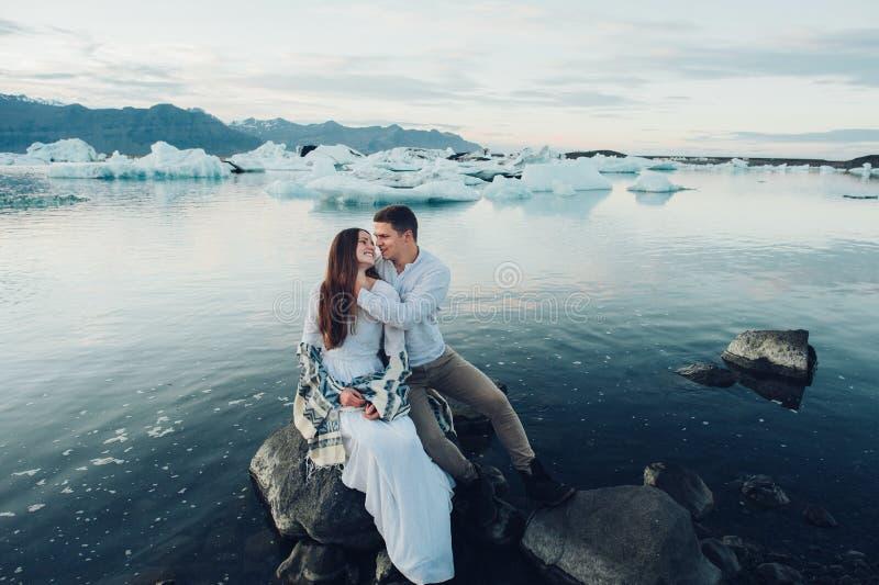 Szczęśliwy elegancki uśmiechnięty pary odprowadzenie, całowanie w Iceland i, dalej fotografia stock