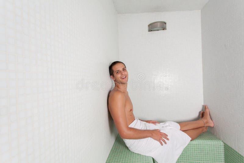 Szczęśliwy facet kłaść wśrodku sauna zdjęcia royalty free