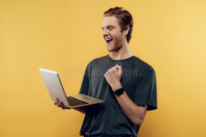 Szczęśliwy facet odświętności sukces Używać laptop fotografia royalty free