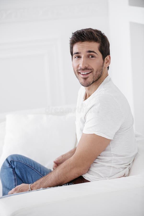 Szczęśliwy facet w domu obraz royalty free