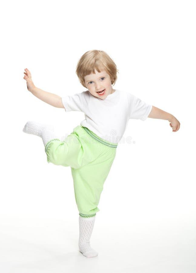 Szczęśliwy figlarnie doskakiwanie mała dziewczynka taniec i fotografia stock
