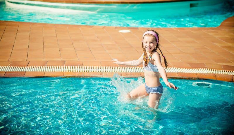 Download Szczęśliwy gira w basenie zdjęcie stock. Obraz złożonej z sztuka - 53791890