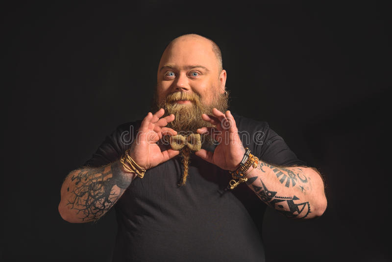 Szczęśliwy gruby mężczyzna z brodatą fryzurą zdjęcia stock