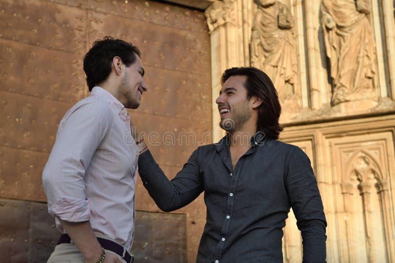 Szczęśliwy homoseksualny pary opowiadać relaksuję zdjęcia royalty free