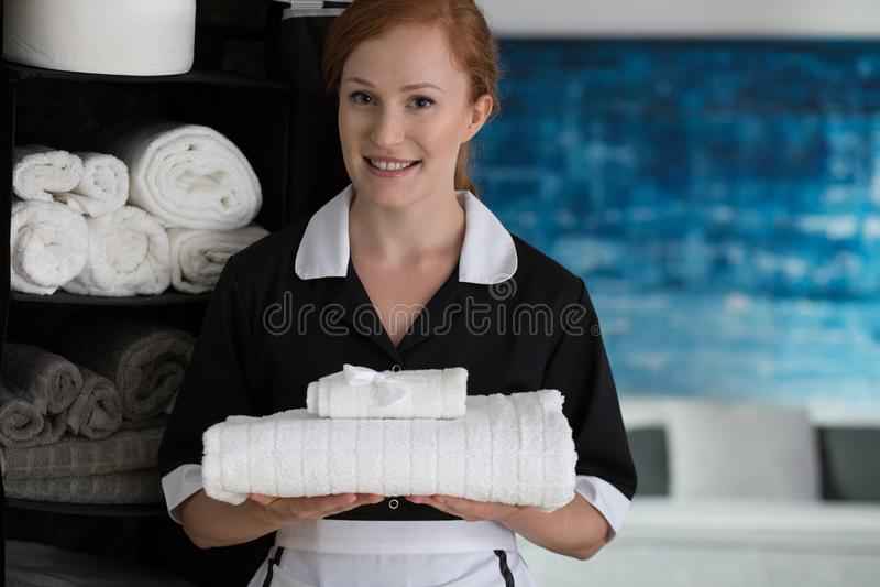 Szczęśliwy housemaid z białymi ręcznikami obrazy royalty free
