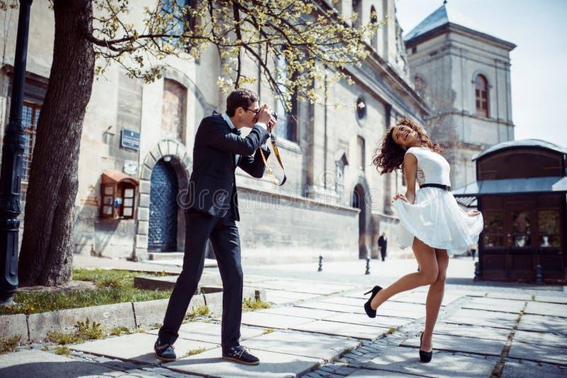 Szczęśliwy i kochający pary odprowadzenie i robi fotografii w starym mieście obraz royalty free