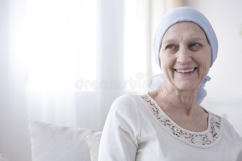 Szczęśliwy i pełny nadziei pacjent z nowotworem zdjęcia royalty free