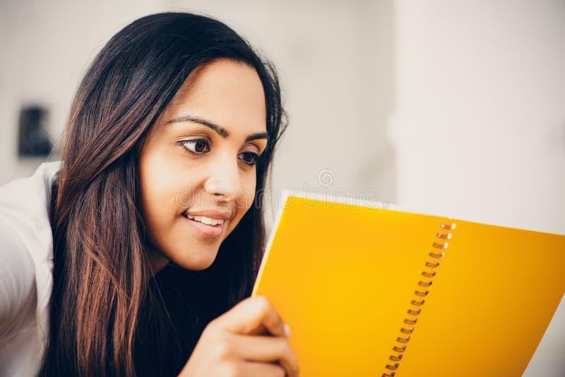 Szczęśliwy Indiański kobieta ucznia edukaci writing studiowanie obraz royalty free