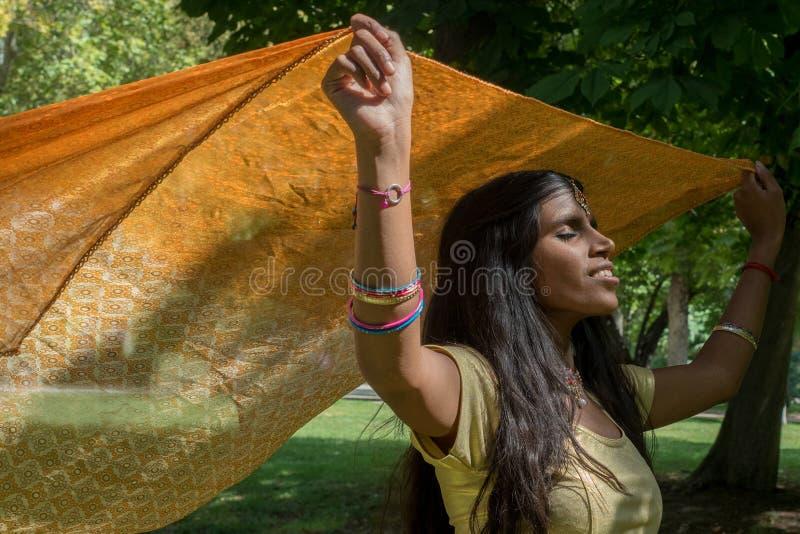 Szczęśliwy indyjski piękny młoda kobieta taniec fotografia royalty free