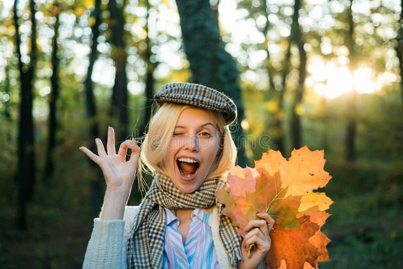 Szczęśliwy jesieni dziewczyny mrugać Jesieni dziewczyna jest ubranym w jesieni odziewa bardzo sensually i patrzeje Dziewczyna baw obrazy stock
