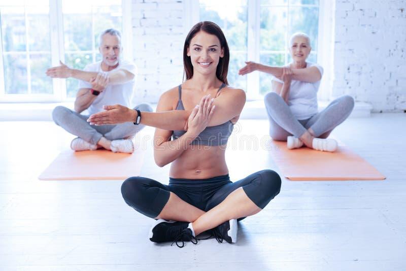 Szczęśliwy joga adiunkta szkolenie z jej klientami obrazy royalty free