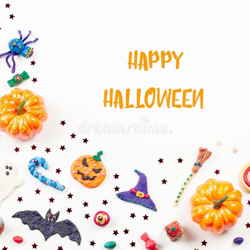 szczęśliwy karciany Halloween Halloween rama z dekoracjami Czarny kot, nietoperze, czarownicy kapelusz i broomstick odgórny widok obraz stock
