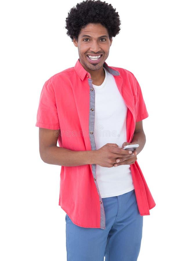 Szczęśliwy kauzalny mężczyzna mienia smartphone zdjęcia royalty free