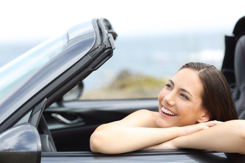 Szczęśliwy kierowca cieszy się wakacje w kabrioletu samochodzie zdjęcie royalty free