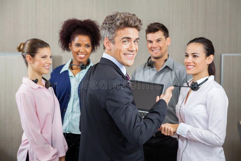 Szczęśliwy kierownik W spotkaniu Z obsługą klienta zdjęcia stock
