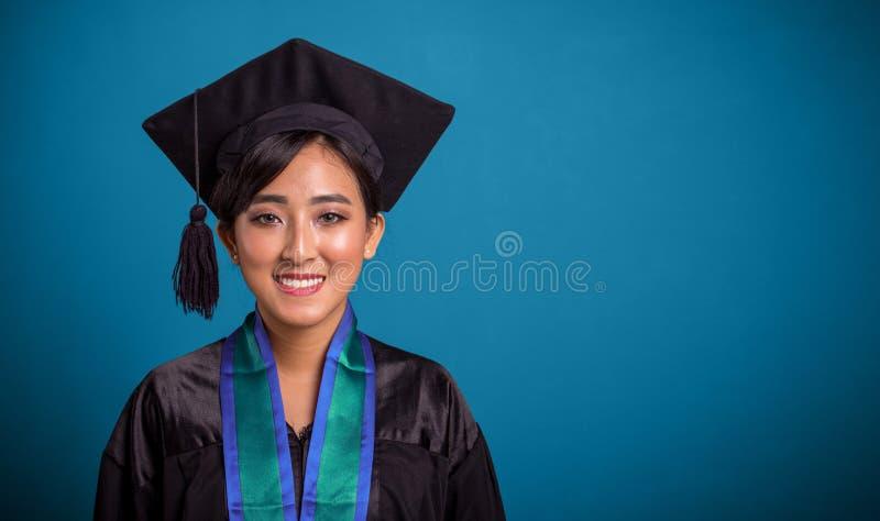 Szczęśliwy kończy studia Azjatycki studencki zbliżenie nad błękitem zdjęcie royalty free