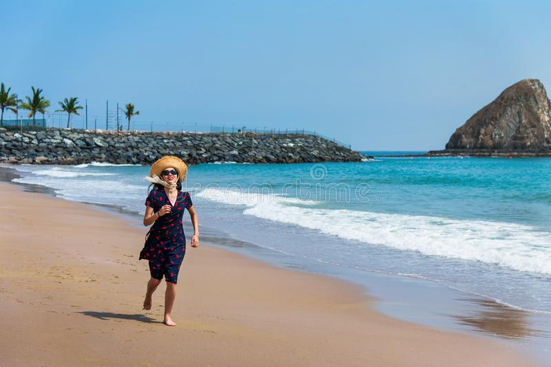 Szczęśliwy kobieta bieg na plaży zdjęcie royalty free
