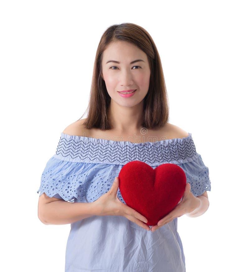 Szczęśliwy kobieta chwyta czerwieni serce długie włosy obraz stock