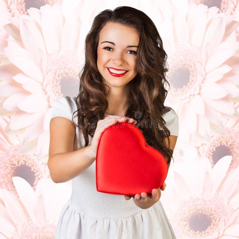 Szczęśliwy kobieta chwyta miłości symbolu czerwieni serce obraz stock