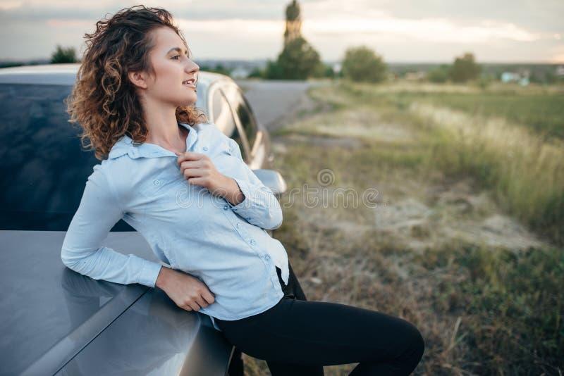 Szczęśliwy kobieta kierowca, podróż samochodem w letnim dniu zdjęcie royalty free